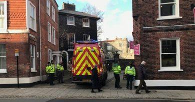 Equipes de emergência buscam escombros após colapso da muralha do castelo medieval no Reino Unido