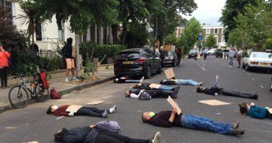 Protesto 'Die-in' fora da casa de Dominic Cummings 'sobre a resposta do governo britânico ao coronavírus