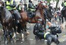 Cavalos disparam enquanto polícia e demonstators se enfrentam no comício anti-racismo de Downing Street