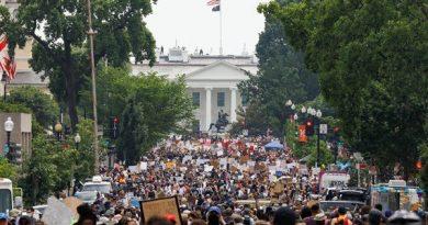 Manifestantes entram em Washington DC para a maior manifestação da cidade até o momento