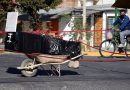 Caixão deixado de fora na rua em protesto pela família boliviana enlutada por Covid-19