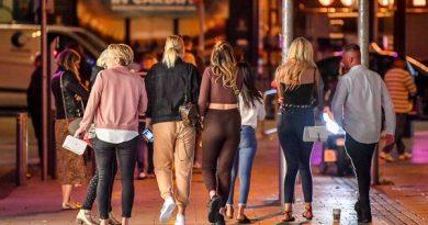 Johnson anunciará toque de recolher às 22h para pubs e restaurantes da Inglaterra