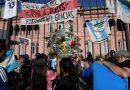 Torcedores da Argentina, polícia confronto sobre acesso ao velório de Maradona