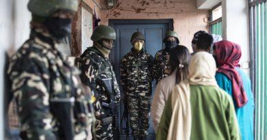 Residentes da Caxemira votam nas urnas locais em meio a um ambiente frio e rígido de segurança