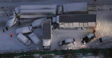 Condições de nevasca causam destruição de 134 carros no Japão