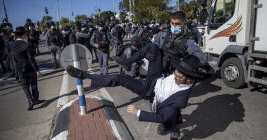 Polícia israelense entra em confronto com manifestantes ultraortodoxos sobre bloqueio escolar