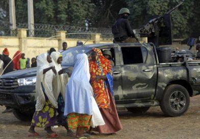 O caos como colegiais nigerianas libertadas reunidas com suas famílias