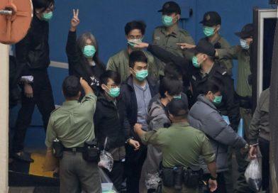 Tribunal de Hong Kong ordena que 47 ativistas pela democracia sejam mantidos sob custódia