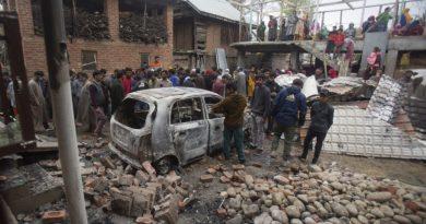 Cinco rebeldes e um policial indiano mortos na Caxemira