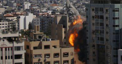 Ataques aéreos israelenses matam dezenas em Gaza no ataque mais mortal da violência