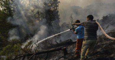 Bombeiros ainda lutam contra os incêndios turcos enquanto alguns reacendem